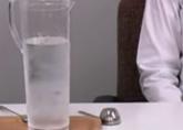 ポットやヤカン、ピッチャーなどに冷えた水を用意します。