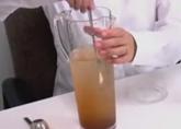 準備したポットやヤカン、ピッチャーに風雅園のインスタント茶(粉末茶)を適量入れて、かき混ぜます。