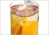 できあがったお茶3に、焼酎1の割合でまぜれば、簡単に緑茶ハイ完!